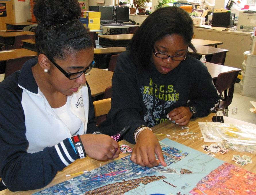 Des élèves de l'école Foxboro du Massachusetts avec leurs travaux créés pour le projet des Timbres pour la Shoah de leur école, en 2016. (Crédit : autorisation)