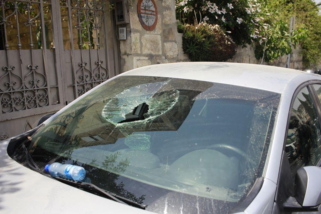 Un pare-brise écrasé par une pierre durant une émeute dans le quartier de Wadi Joz le 21 juillet 2017 (Crédit : on Judah Ari Gross/Times of Israel)