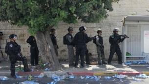 Des gardes-frontières face aux manifestants dans le quartier Wadi Joz durant une émeute, le 21 juillet 2017 (Crédit : Judah Ari Gross/Times of Israel)
