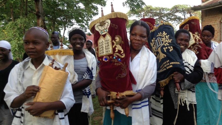 Les membres de la communauté juive de Nabagoye, en Ouganda, avec la Torah. (Autorisation de Bechol Lashon via JTA)