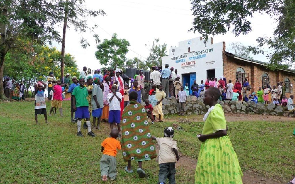 Des membres de la communauté juive Abayudaya en Ouganda devant une synagogue à Nabagoye. (Avec l'aimable autorisation de Bechol Lashon)