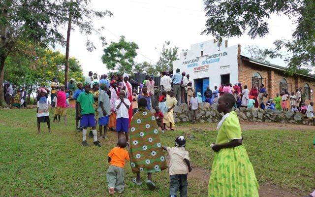 Des membres de la communauté juive Abayudaya en Ouganda devant une synagogue à Nabagoye. (Autorisation de Bechol Lashon)