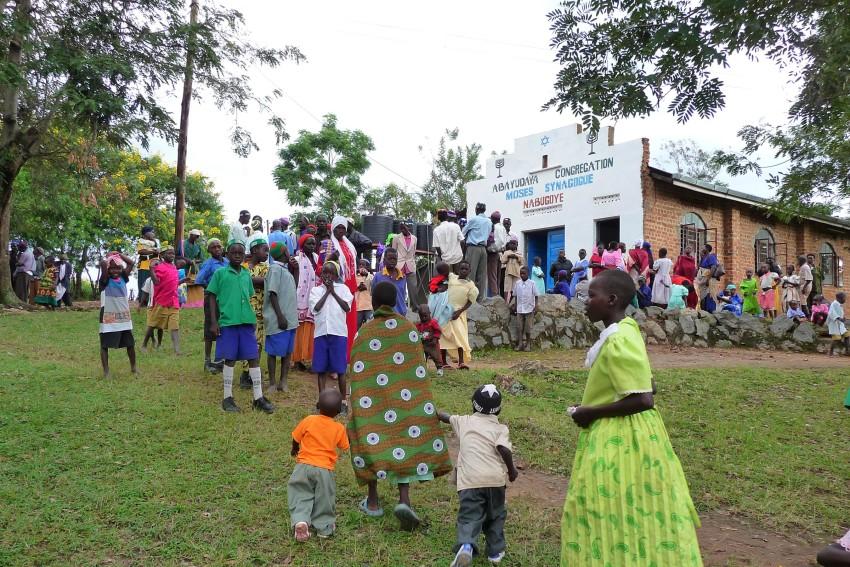 Des membres de la communauté juive ougandaise des Abayudaya aux abords d'une synagogue à Nabagoye. (Autorisation : Bechol Lashon)