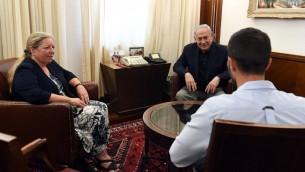 Le Premier ministre Benjamin Netanyahu rencontre, le 25 juillet 2017, l'ambassadrice israélienne en Jordanie Einat Schlein et le garde de la sécurité 'Ziv,' qui a tué par arme à feu deux Jordaniens alors que l'un d'eux l'avait attaqué au couteau (Crédit : Haim Zach/GPO)