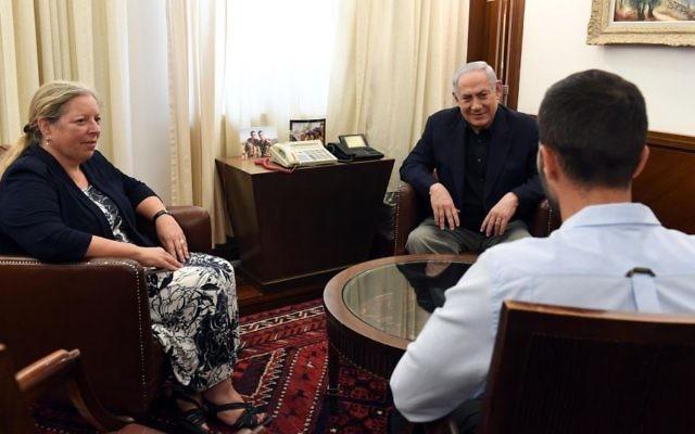 Le Premier ministre Benjamin Netanyahu rencontre, le 25 juillet 2017, l'ambassadrice israélienne en Jordanie Einat Schlein et le garde de la sécurité 'Ziv,' qui a tué par arme à feu deux Jordaniens alors que l'un d'eux l'avait attaqué avec un tournevis. (Crédit : Haim Zach/GPO)