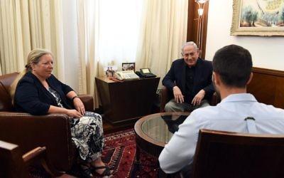 Le Premier ministre Benjamin Netanyahu avec Einat Schlein, ambassadrice d'Israël en Jordanie, et Ziv, l'agent de sécurité blessé lors de l'attentat d'Amman, à Jérusalem, le 25 juillet 201. (Crédit : Haim Zach/GPO)