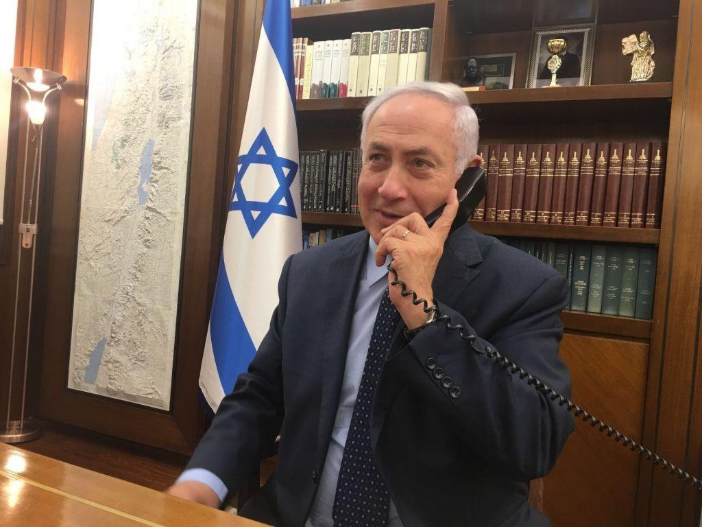 Benjamin Netanyahu s'entretient au téléphone avec l'ambassadrice israélienne au Caire Einat Shlain le garde de sécurité impliqué dans l'incident (Crédit : autorisation)