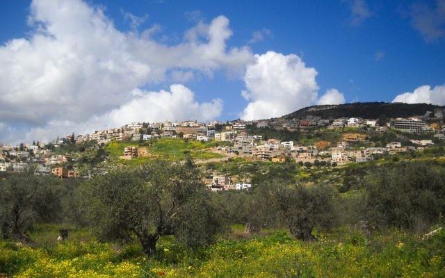 Le village de Maghar, dans le nord d'Israël. (Crédit : Sharif Askalla/CC-BY/Wikipedia)