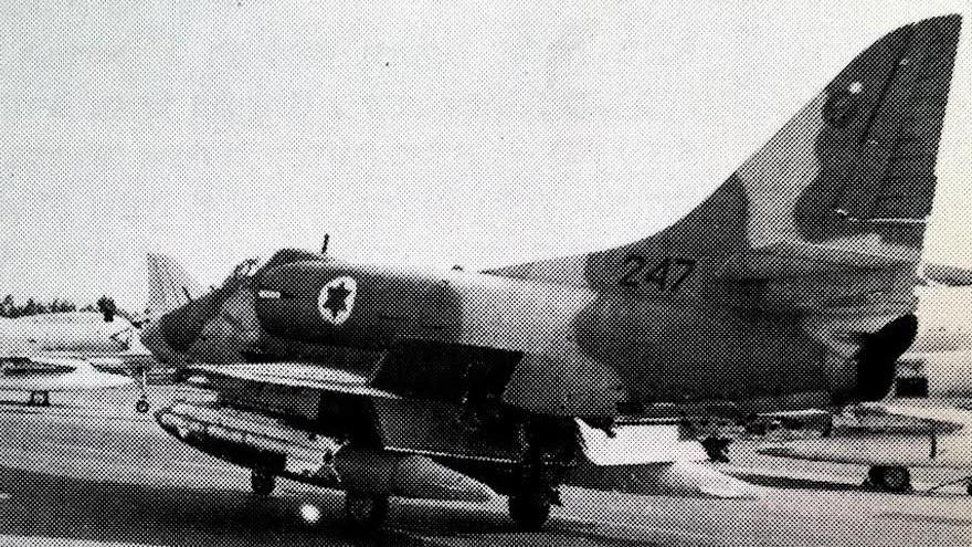 Un Douglas A-4 Skyhawk israélien qui stationne devant un Skyhawk américain durant la guerre de Kippour en 1973, sur la base de Tel Nof en Israël, le 28 juin 2017. (Crédit : unité du porte-parole de l'armée)