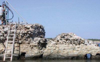 Un scientifique collecte des échantillons de béton de l'époque romaine au Portus Cosanus Pier à Orbetello, en Italie (Crédit : JP Oleson)