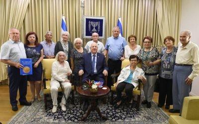 Le président Reuven Rivlin avec des survivants de l'Exodus, à Jérusalem, le 24 juillet 2017. (Crédit : Mark neiman/GPO)