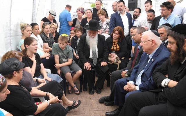 Le président Reuven Rivlin rendant visite à la famille Salomon, à Elad, le 26 juillet 2017 (Crédit : Mark Neiman/GPO)