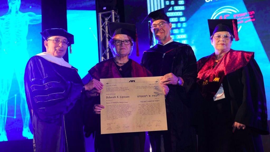 Prof. Deborah Lipstadt reçoit un doctorat honorifique de philosophie de l'université de Haïfa, le 6 juin 2017. De gauche à droite : Prof. Ron Robin, président de l'université de Haifa ; Prof. Deborah E. Lipstadt ; Prof. Gustavo Mesch, recteur de l'université de Haifa ; Ilana Livnat. (Crédit : University of Haifa)