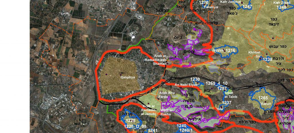La ligne en pointillé orange montre les frontières du district fiscal de Qalqiliya avant la fondation de l'Etat d'Israël en 1948. Elle s'étend à travers la Ligne verte dans la ville israélienne de Kfar Saba. La ligne pourpre montre les endroits où sont situées les implantations israéliennes et la ligne verte montre la ligne d'armistice en 1948 entre Israël et la Cisjordanie (Crédit : Bimkom)