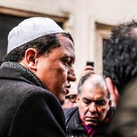 """Hassen Chalghoumi, l'imam de la mosquée de Drancy, Rue Nicolas-Appert, à Paris, au lendemain de la fusillade à la rédaction du journal """"Charlie Hebdo"""". (Crédit : #JeSuisCharlie/Guillaume/CC BY 2.0)"""