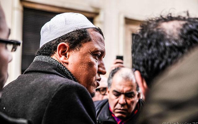 Hassen Chalghoumi, (imam de la mosquée de Drancy) Rue Nicolas-Appert, Paris, un jour après la Fusillade au siège de Charlie Hebdo (Crédit : #JeSuisCharlie/Guillaume/CC BY 2.0)