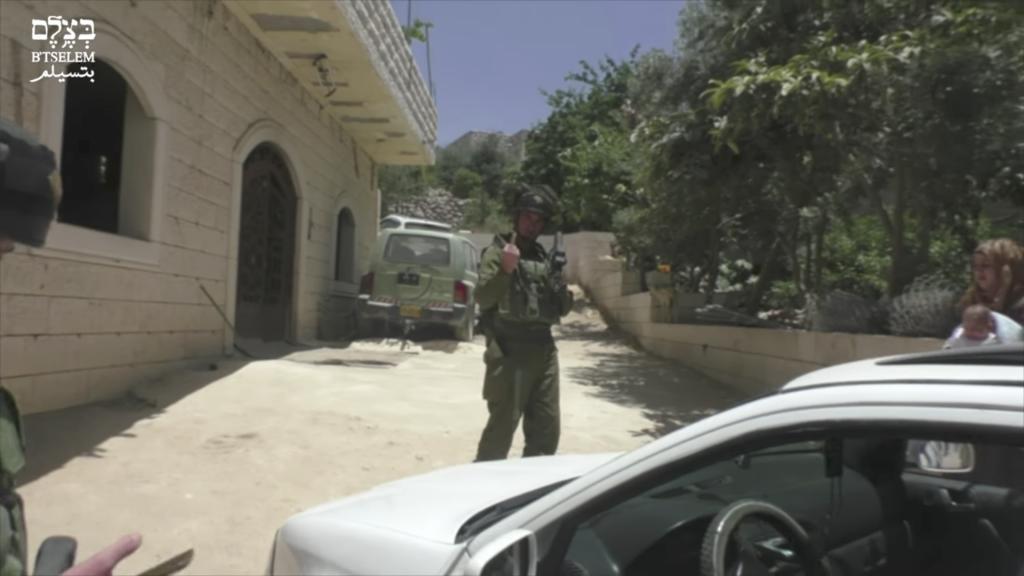 Un soldat israélien faisant un doigt d'honneur à une photographe palestinienne de B'Tselem, à Hébron, le 25 mai 2017. (Crédit : capture d'écran)