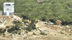 """Un camion qui voyagerait d'une base du Hezbollah vers une tour de surveillance du groupe écolo 'Green Without Borders"""" au sud du Liban, dans une vidéo diffusée par l'armée israélienne le 18 juillet 2017. (Crédit : capture d'écran/ unité du porte-parole de l'armée)"""