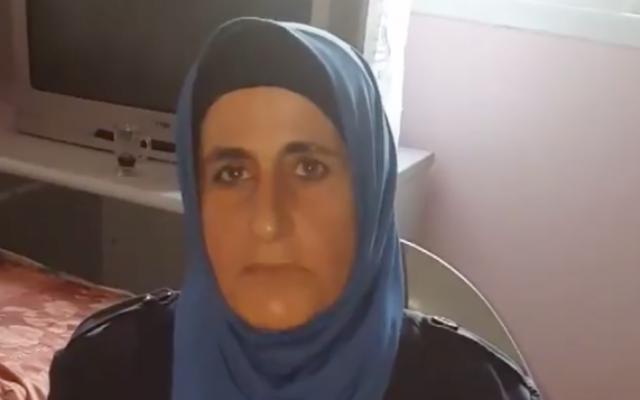 La mère d'un terroriste qui a poignardé trois Israéliens à Halamish le 21 juillet 2017. (Crédit : capture d'écran YouTube)