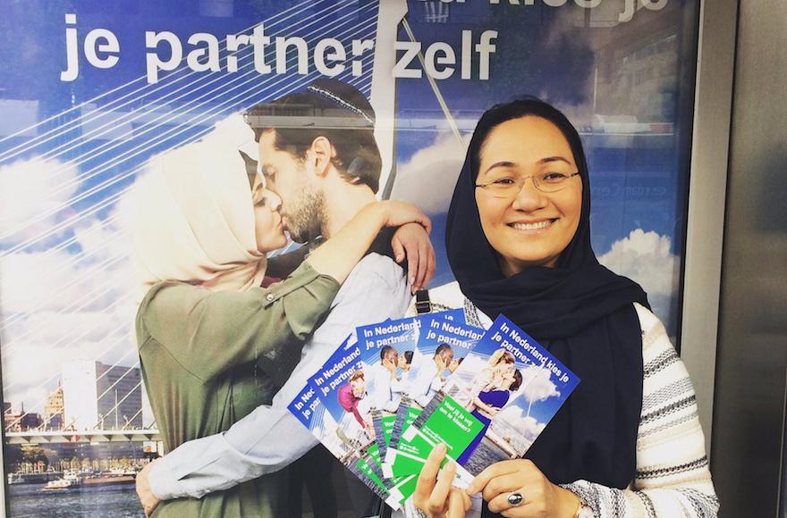 Shirin Musa distribuant des prospectus à Rotterdam avec les images tirées de l'affiche de la campagne sur le libre choix des partenaires amoureux, le 25 mai 2017 (Autorisation : Femme for Freedom)