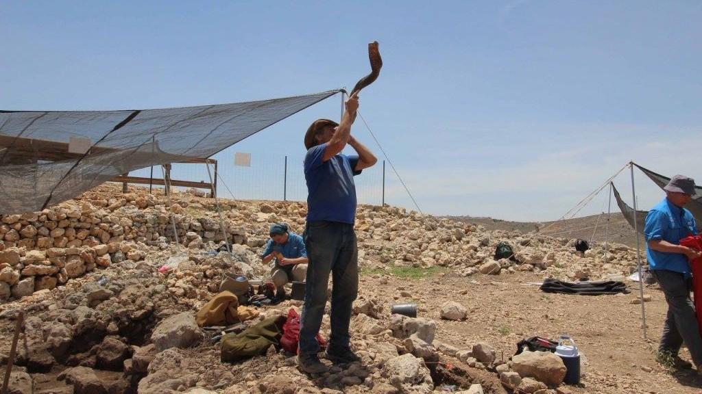 Le shofar donne le signal de l'arrêt de la journée de travail sur le site des fouilles archéologiques de Shiloh pendant l'étét 2017 (Autorisation)
