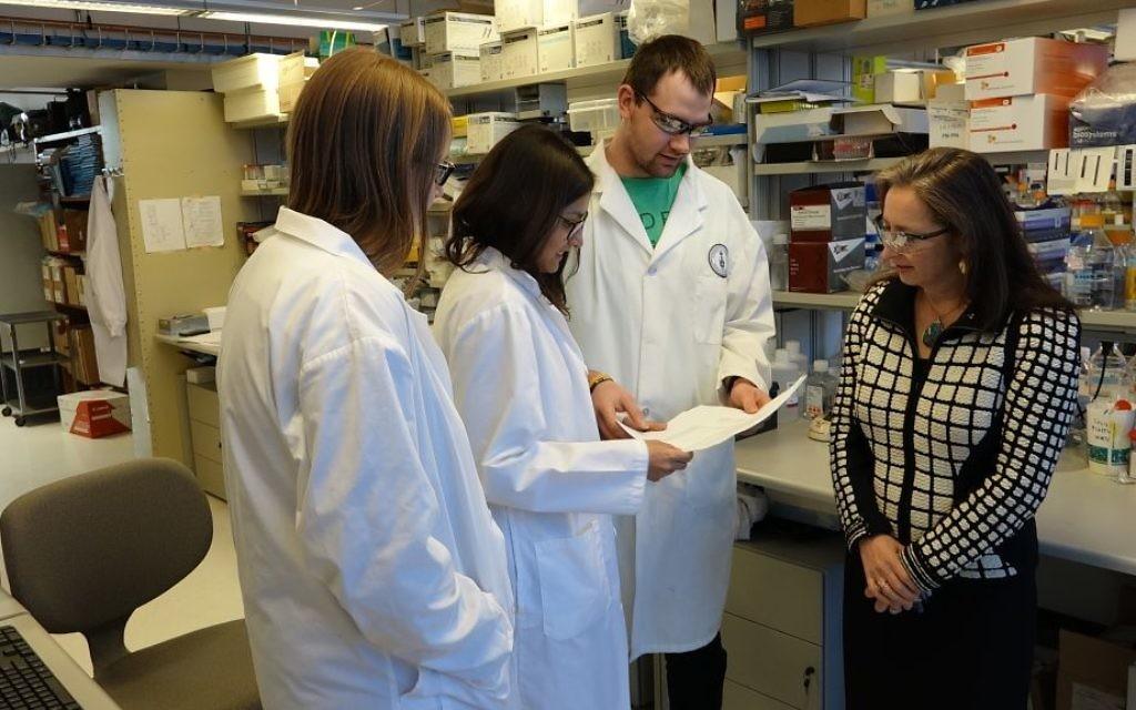 Le professeur Molly Shoichet  supervise les recherches de ses futurs doctorants et des post-doctorants mais encourage leur créativité (Crédit : Dana Wachter/Times of Israel)