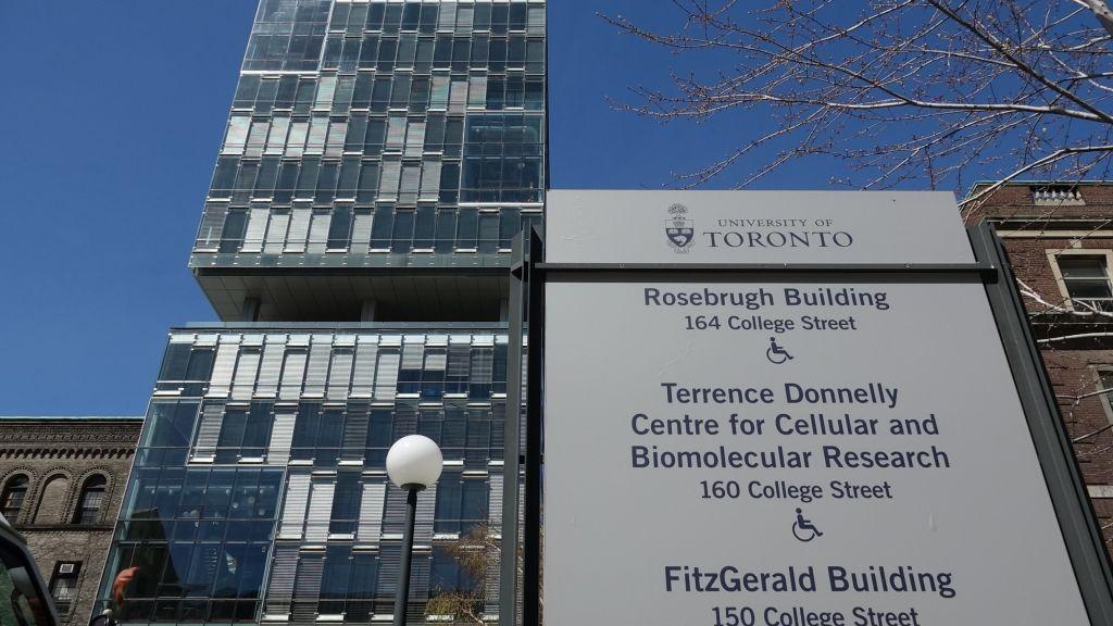 Le laboratoire de Shoichet est situé dans le centre Terrence Donnelly de recherche cellulaire et moléculaire à l'université de Toronto (Crédit : Dana Wachter/Times of Israel)