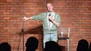 Le comédien et blogueur Benji Lovitt sur scène.(Autorisation)