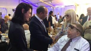 Le ministre de l'Education Naftali Bennett avec son épouse Gilat et Sheldon Adelson et sa femme Miriam lors de la cérémonie de pose de la première pierre de la nouvelle école de médecine de l'université d'Ariel, le 28 juin 2017 (Autorisation)