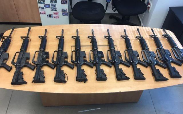 Des fusils M16 saisis par la police après un vol dans une base militaire le 26 mai 2014. (Crédit : porte-parole de la police)