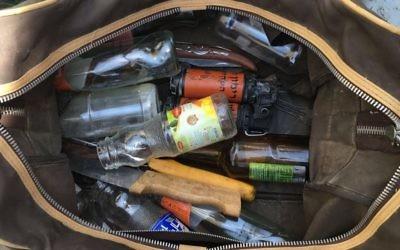 Un sac rempli de couteaux, de grenades neutralisantes et de matériel pour confectionner des cocktails Molotov ont été saisis dans un véhicule palestinien à un checkpoint près de Bethléem. (Crédit : porte-parole de la police)