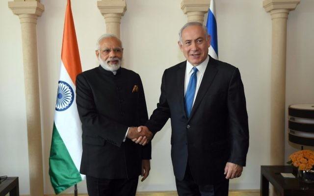 Le Premier ministre indien Narendra Modi, à gauche, avec le Premier ministre Benjamin Netanyahu à  Jérusalem, le 5 juillet 2017. (Crédit : Raphael Ahren/Times of Israël)