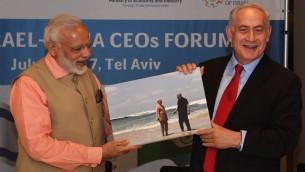 Le Premier ministre israélien Benjamin Netanyahu et son homologue indien Narendra Modi en Israël, le 6 juillet 2017. (Crédit : GPO)