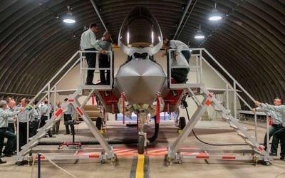 L'état-major de l'armée israélienne en visite de l'escadron des F-35 sur la base aérienne Nevatim, dans le sud d'Israël, le 10 juillet 2017. (Crédit : unité des porte-paroles de l'armée israélienne)