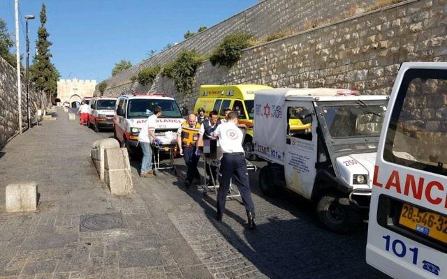 Les personnels médicaux d'urgence soignent les victimes d'un attentat terroriste perpétré sur le mont du Temple à Jérusalem, dans la Vieille ville, le 14 juillet 2017 (Crédit : Magen David Adom)