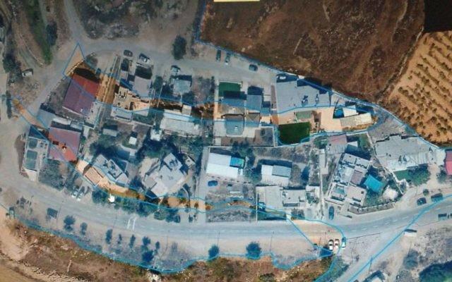 Photographie aérienne de l'avant-poste de Netiv Haavot. Les zones colorées ont été désignées terres d'État par la Cour Suprême. Les 17 structures en dehors de cette zone devraient être démolies. (Crédit : Autorisation)