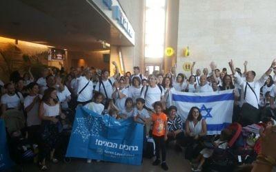 Des Olim de France arrivant en Israël le mardi 18 juillet 2017 (Crédit : IFCJ)