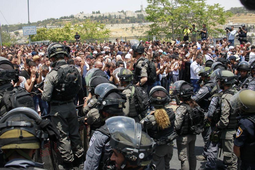 Les forces israéliennes de sécurité devant les fidèles musulmans palestiniens à l'extérieur de la porte des Lions, le 21 juillet 2017 (Crédit : Judah Ari Gross/Times of Israel)