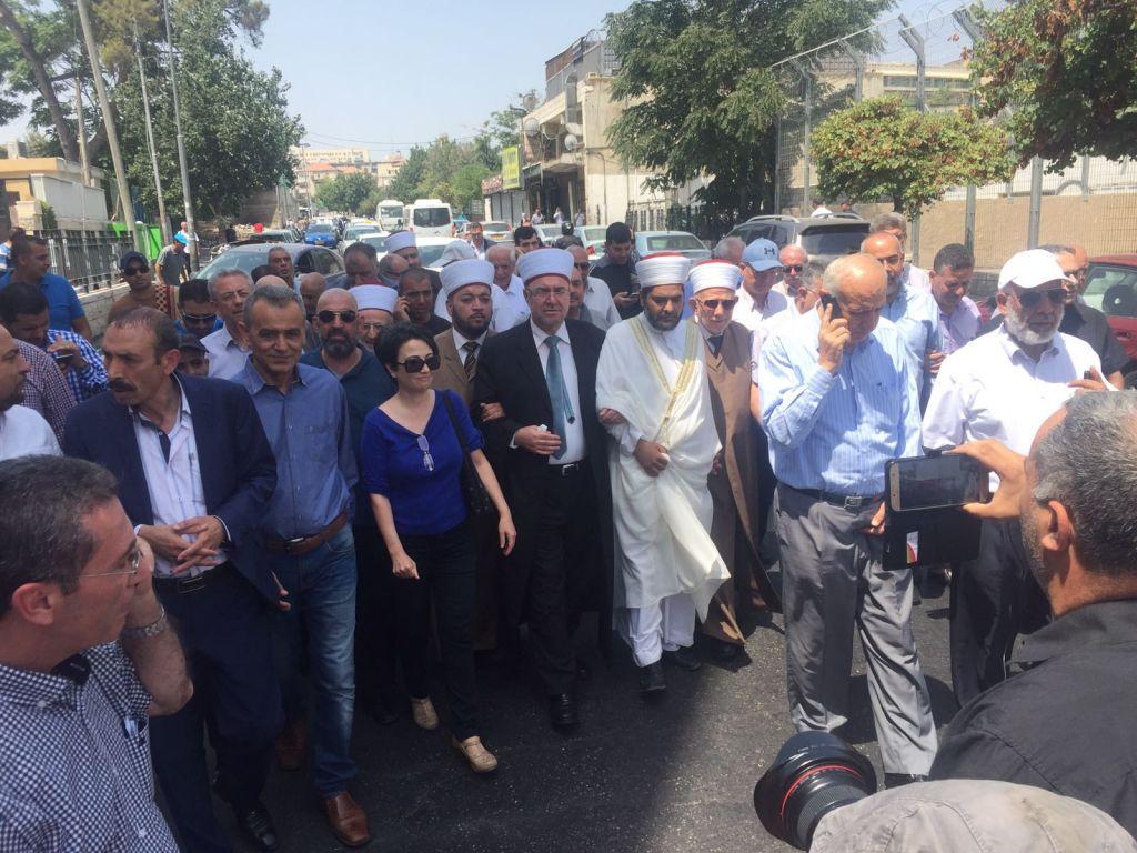Les membres de la Liste arabe unie et ceux du Waqf islamique marchent vers la Vieille ville pour tenter d'entrer sur le mont du Temple, le 21 juillet 2017 (Crédit : Liste arabe unie)