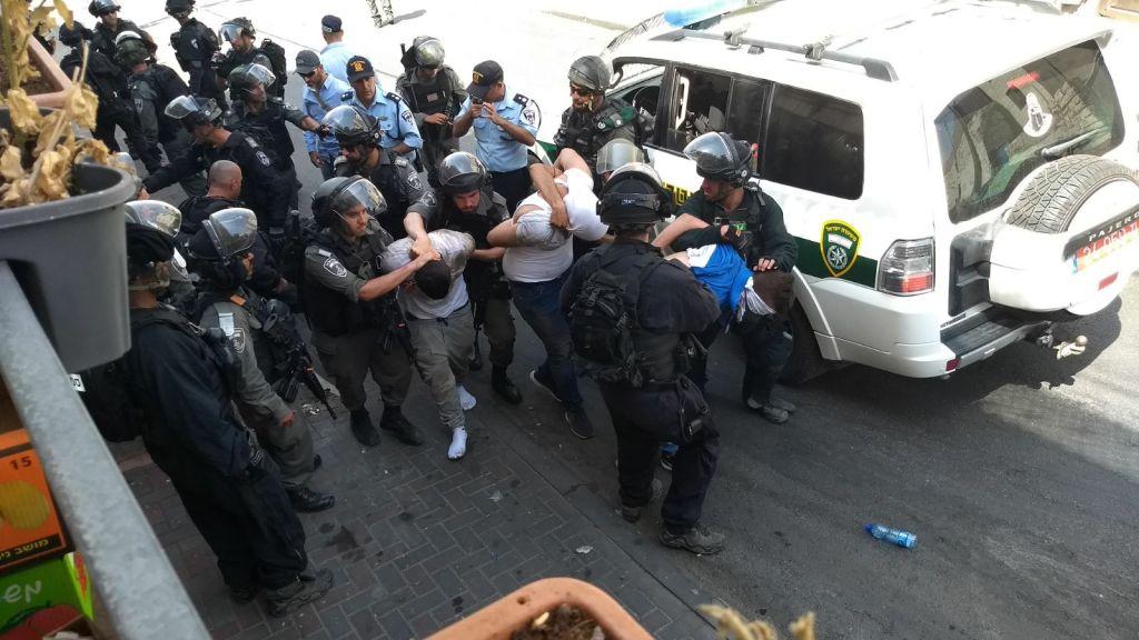 Les forces de sécurité israéliennes arrêtent un émeutier palestinien à Wadi Joz, près de la Vieille Ville de Jérusalem, le 21 juillet 2017 (Crédit : Judah Ari Gross / Times of Israel)