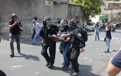 Arrestation d'un émeutier palestinien par les forces de sécurité israéliennes à Wadi Joz, près de la Vieille Ville de Jérusalem, le 21 juillet 2017. Illustration. (Crédit : Judah Ari Gross/Times of Israël)