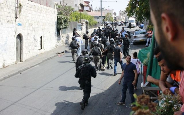 Les forces de sécurité israéliennes arrêtent un émeutier palestinien à  Wadi Joz, à proximité de la Vieille ville de Jérusalem, le 21 juillet 2017 (Crédit : Judah Ari Gross/Times of Israel)