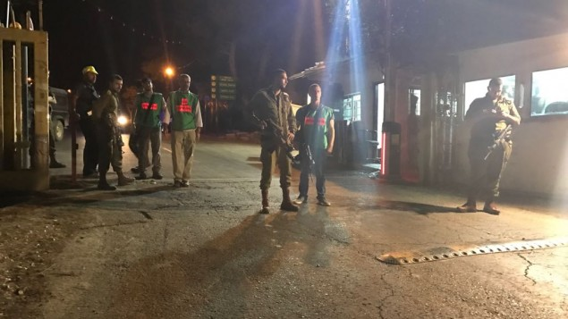 Des soldats et du personnel médical à Halamish après une attaque au couteau sanglante, le 21 juillet 2017 (Crédit : Jacob Magid/Times of Israel)