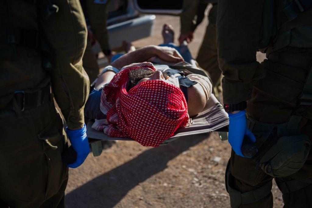 Des soldats israéliens transportent un Syrien blessé dans le cadre de l'opération Bon voisin d'aide humanitaire aux Syriens touchés par la guerre civile. Photographie non datée, publiée le 19 juillet 2017. (Crédit : unité des porte-paroles de Tsahal)