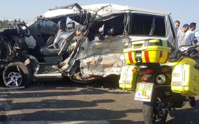 La scène de l'accident de voiture survenu sur la Route 6235, à proximité de l'implantation de Shaked, au nord de la Cisjordanie, le 19 juillet 2017 (Crédit : Magen David Adom)