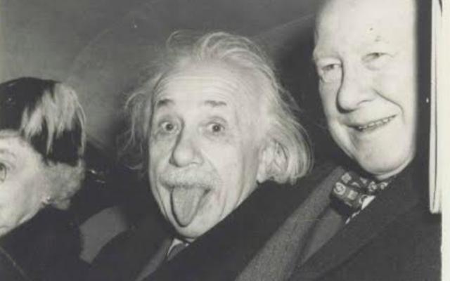 Albert Einstein, entouré par le Dr Aydelotte et sa femme, à Princeton, le 14 mars 1951. (Crédit: autorisation de Nate D. Sanders)