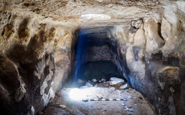Vue de l'intérieur du réservoir de Rosh HaAyin. (Crédit : Assaf Peretz, IAA)