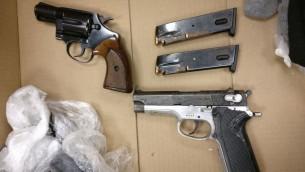 Les armes illégales saisies par la police après un vol dans une base militaire le 26 mai 2014. (Crédit : porte-parole de la police)