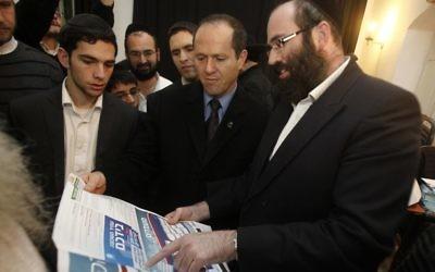 Le maire de Jérusalem, Nir Barkat, visite le quartier de  Bukharan durant les élections pour l'administration communautaire le 10 décembre 2011 (Crédit :  Uri Lenz/Flash90)