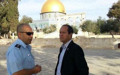 Nir Barkat, maire de Jérusalem, au mont du Temple, le 28 octobre 2014. (Crédit : mairie de Jérusalem)